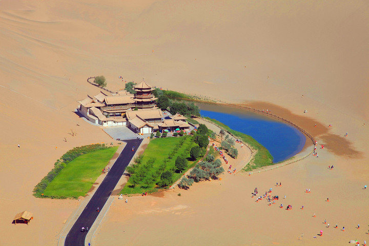 Echoing-sand-mountain&crescent-lake.jpg